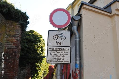 Foto op Aluminium Smal steegje kleine enge gasse straße fußweg mit schild winterdienst und fahrrad frei an stadtmauer
