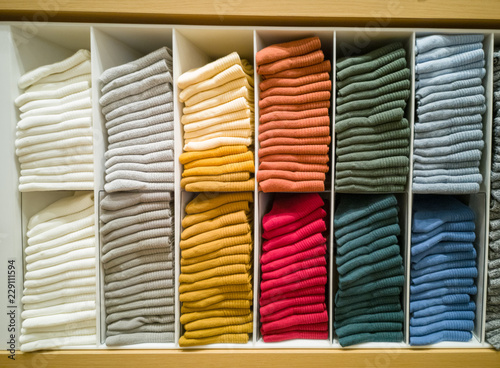 Fotografía  Multi-colored T-shirt folded in the lining of the shopping mall.