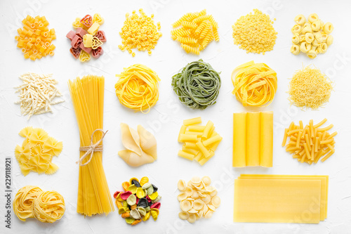 Variety of types and shapes of Italian pasta Billede på lærred