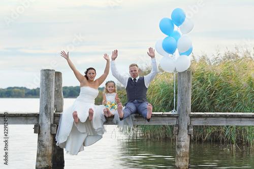 Familie feiert Hochzeit am See