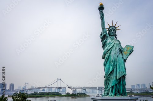 Poster Asia land Statue of liberty and tokyo cityscape, Japan