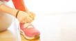 canvas print picture - Kind beim Schuhe binden lernen