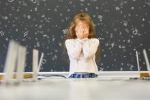 Kind Mit Leseschwäche In Schule Vor Tafel