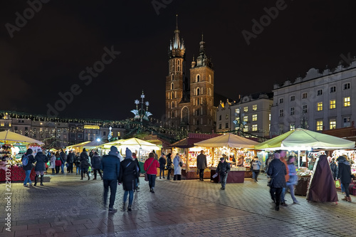 Fototapeta Christmas market at the Main Square of Krakow in front of the St. Mary's Basilica in night, Poland obraz
