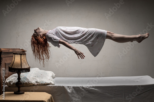 Photo Woman levitating over bed / astral traveling, nightmare, excorcist halloween con