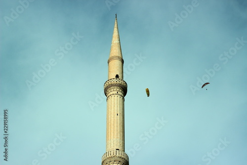 mosque minaret and paragliding Fototapete