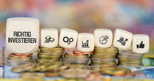 Fototapeta Richtig investieren / Münzenstapel mit Symbole obraz