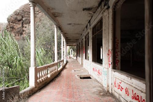 Tuinposter Oude verlaten gebouwen Abandoned place