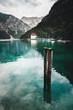 Plansee mit zwei Anlegepfosten im Wasser mit blick auf die Kapelle und den trioler Alpen