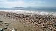 Kieselstrand am Meer, mit sanften Wellen