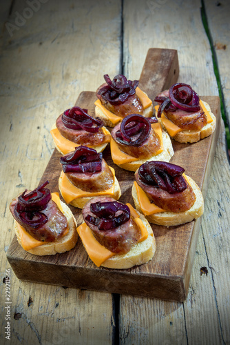 Fotografía  Croutons of bread with cheese sausage and caramelized onion