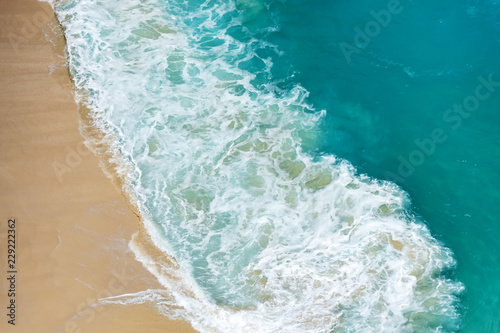 Photo Aerial view of abstract tropical beach with turquoise water in Kelingking beach, Nusa Penida