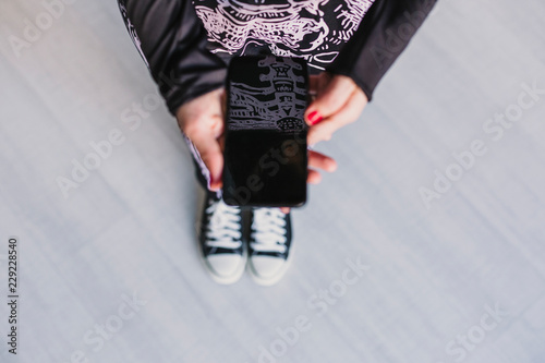 Fotografía  top view of a young woman using mobile phone