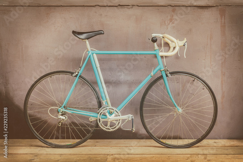 Türaufkleber Fahrrad Vintage seventies light blue racing bicycle on a wooden floor