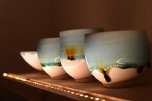 Drei Schöne Tassen Keramik Töpferkunst Und Eine Schale Mit Blauer Glasur Auf Holzregal