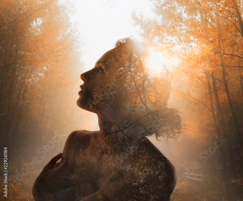 Fotografía Girl with tree inside. Concept of autumn. Double exposure