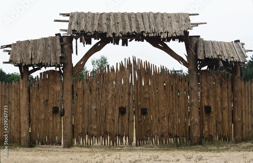Fotografia ancient wooden gate of the fort