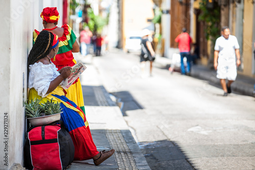 In de dag Zuid-Amerika land Traditional fruits street vendor in Cartagena de Indias called Palenquera