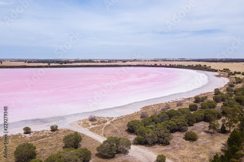 Fotografía pink salt lake in Victoria, Australia