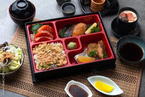 Photo japanese bento set with teriyaki salmon and tempura