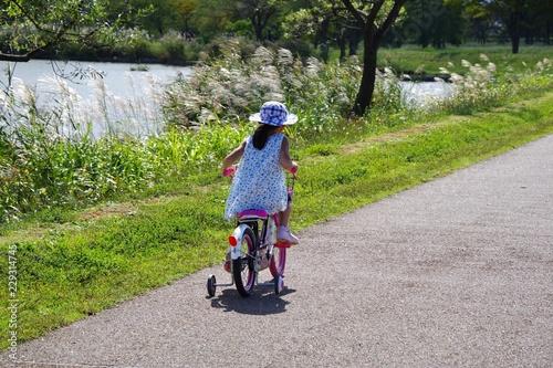 Spoed Foto op Canvas Fietsen サイクリングを楽しむキッズ