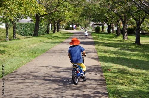 Foto op Plexiglas Fietsen サイクリングを楽しむキッズ