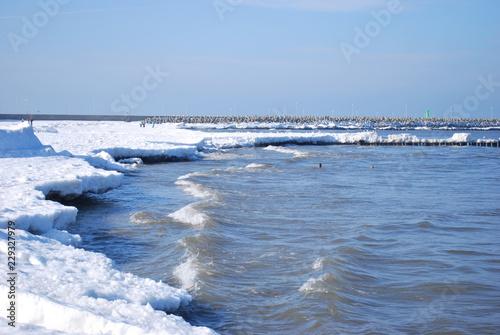 Fototapeta plaża w Kołobrzegu zimą obraz