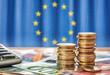canvas print picture - Geldscheine und Münzen vor der Flagge der Europäischen Union