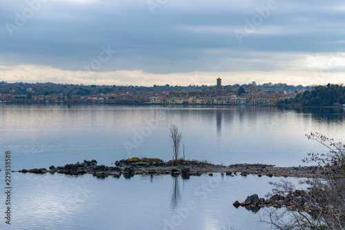Veduta di Marta da Capodimonte, sul lago di Bolsena Tablou Canvas