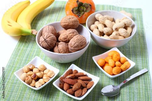 Fotografie, Obraz  Frutta secca noci, nocciole, arachidi, banane e frullato