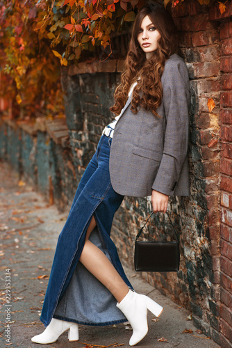 Photo Outdoor full body fashion portrait of young beautiful fashionable woman wearing
