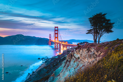 Tuinposter Amerikaanse Plekken Golden Gate Bridge at twilight, San Francisco, California, USA