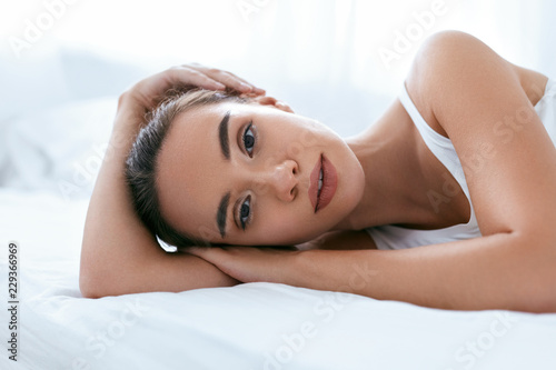 Fotografía  Beauty Face. Beautiful Woman With Healthy Skin On White Bed