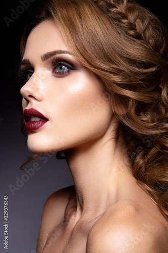 Foto op Plexiglas Beauty Close-up portrait of beautiful woman with bright make-up and dark red lips