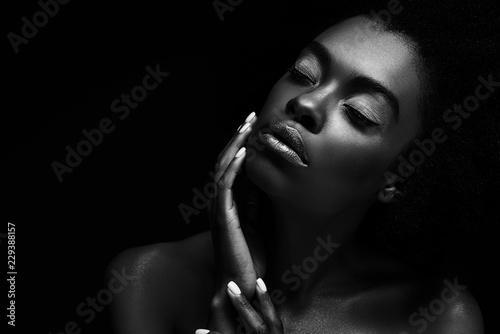 Fotografia  black and white photo of beautiful african american woman isolated on black