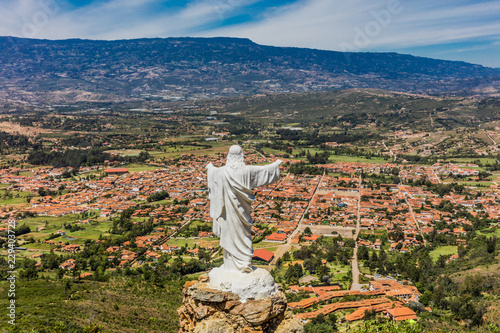 In de dag Zuid-Amerika land Mirador El Santo and his Jesus statue Villa de Leyva skyline cityscape Boyaca in Colombia South America
