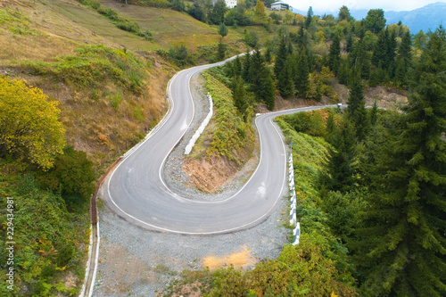 Fotografía  Scenic winding mountainhighway in Georgia.