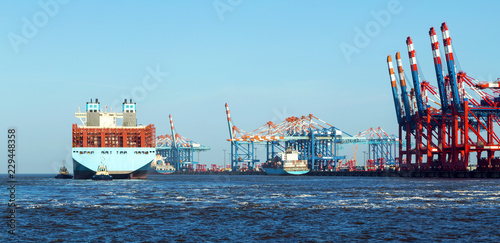 Cadres-photo bureau Port Containerhafen in Bremerhaven, Containerschiff legt mit Hilfe von Schleppern an den Containerbrücken an