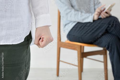 Vászonkép 家事をしない夫にイライラする妻の拳