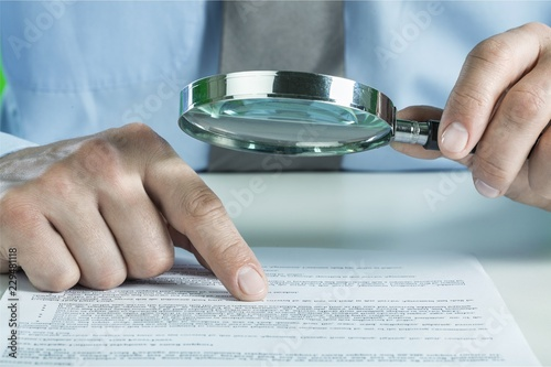 Photo Businesswoman Holding Magnifying Glass, close-up view