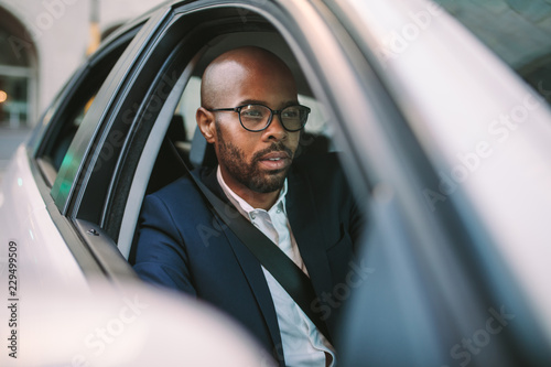 Photo Businessman driving a car to office