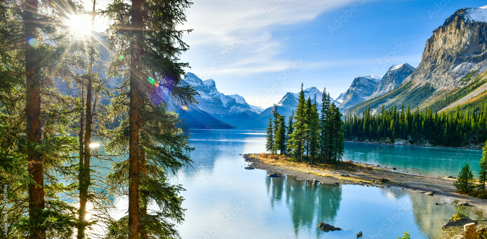 Fototapeta Panorama view Beautiful Spirit Island in Maligne Lake, Jasper National Park, Alberta, Canada