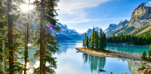 Fotobehang Natuur Panorama view Beautiful Spirit Island in Maligne Lake, Jasper National Park, Alberta, Canada