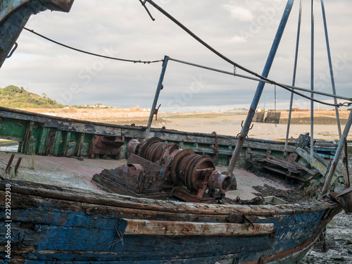 Deurstickers Schipbreuk épave de bateau de pêche, chalutier dan un port