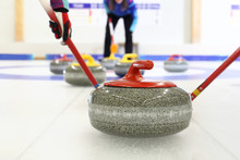 Gra W Curling. Zawodnik Gra W Curling Na Lodowisku