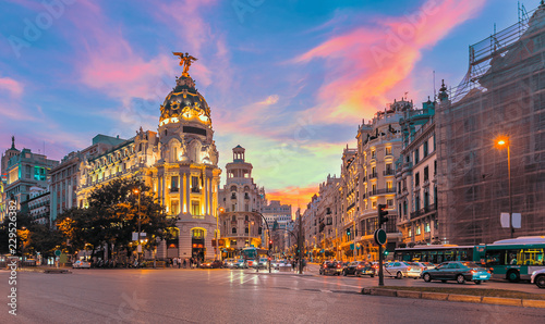 Foto  Madrid city skyline gran via street twilight , Spain