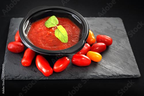 Krem pomidorowy, danie obiadowe w plastikowej misce