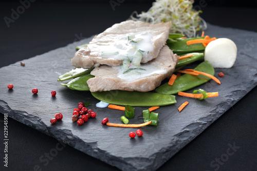 Staande foto Assortiment Porcja mięsa z warzywami. Dietetyczna potrawa obiadowa