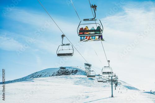Poster Glisse hiver People on ski lift in winter ski resort