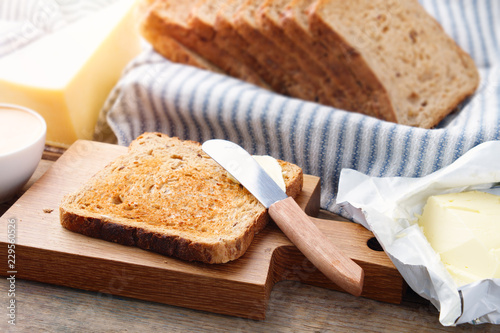 Foto Toast bread slices, butter, and cheese for breakfast.